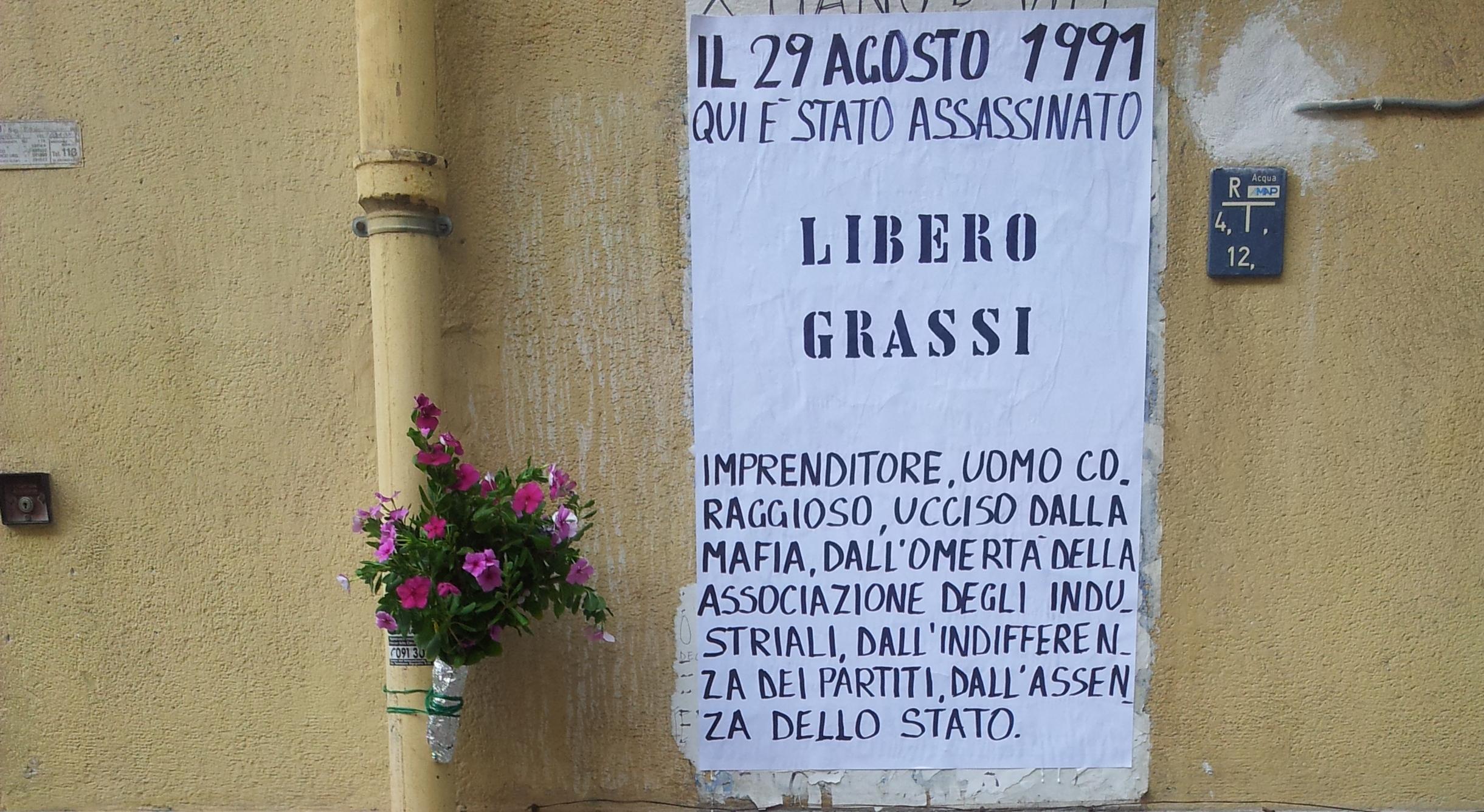 Il manifesto che ogni anno Davide e Alice, i figli di Libero Grassi, pongono sul luogo dell'omicidio di loro padre